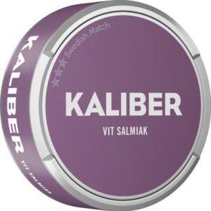 Om produkten Kaliber Vit Salmiak Portionssnus Kaliber Vit Salmiak Portion är en produkt som bär märket Kaliber. Tobakskaraktären i snuset är av mörk sort och har tydliga inslag av lakritsrot, salmiak och lite torkade fikon. Portionspåsen är mjuk och eftersom att det är vita portioner så rinner snuset lite, men levererar ändå smak snabbt och länge. Fakta om produkten Varumärke Kaliber Produkttyp White portion Vikt 0.3525 Styrka Normal Nikotinhalt 8 mg/g Innehåll/förpackning (gram) 16 Snustyp Vit Salmiak Portion Format Normal Producent Swedish Match snushandel nyköping snusbutiken påljungshage köpcentrum tobak