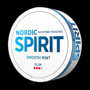Nordic Spirit Smooth Mint ger dig vår fräschaste upplevelse hittills, helt fri från tobak. Rätt mängd frisk mentol, tillsammans med sötare peppamint, ger en perfekt balanserad mintsmak. Sälta och undertoner av anis bidrar med svensk snuskaraktär. Smooth Mint ger en snabb kick följt av en långvarig, stabil nikotinleverans. Blandningen med växtfiber (cellulosa) och tuggummibas bidrar till en mjuk och behaglig känsla under läppen, samtidigt som portionerna smakar längre. De mjuka och vita portionspåsarna rinner dessutom mindre och färgar inte saliven som vanligt snus. Kort sagt, ett modernt tobaksfritt alternativ, som passar lika bra på festen som på jobbet. snushandel i nyköping AB snusbutiken helvitt helvita nikotin pouches swedish snus