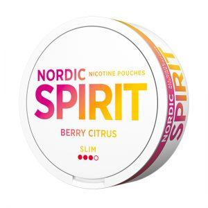 Om produkten Nordic Spirit Slim Berry Citrus Nya All white Nordic Spirit Slim Berry Citrus kombinerar klassiska och moderna smaker i ett nytt tobaksfritt format. Här har vi skapat en annorlunda men finstämd karaktär, där citrustonerna från bergamott kompletteras av sötsyrliga undertoner av vilda bär. Nordic Spirit Slim Berry Citrus ger en snabb kick följt av en långvarig, stabil nikotinleverans. Blandningen med växtfiber (cellulosa) och tuggummibas bidrar till en mjuk och behaglig känsla under läppen, samtidigt som portionerna smakar längre. De mjuka och vita portionspåsarna rinner dessutom mindre och färgar inte saliven som vanligt snus. Nordic Spirit Slim Berry Citrus kommer i vita dosor med nordiskt formspråk. Kort sagt, ett modernt tobaksfritt snus, som passar lika bra på festen som på jobbet. Fakta om produkten Varumärke Nordic Spirit Produkttyp All white portion Styrka Starkt Nikotinhalt 14 mg/g Innehåll/förpackning 13 g Snustyp All White Portion Slim Format Slim Producent Nordic Snus Nordic Spirit – helvita prillor, fräscha smaker och nordisk design Nordic Spirit är kritvita portioner som innehåller nikotin, men inte tobak. Nordic Spirit kommer i de fräscha och goda smakerna Mint och Bergamot Wildberry som båda är anpassade för att smaka länge och lagom mycket. Portionerna baseras på en blandning av växtfibrer och tuggummibas och detta gör bland annat att de inte missfärgar tänderna på samma sätt som traditionellt snus. Nordic Spirit är helt enkelt ett lätt och nytt sätt att njuta av nikotin, utan tobak. snushandel i nyköping ab snusbutiken snus affären påljungshage köpcentrum russian snus nordic snus jti